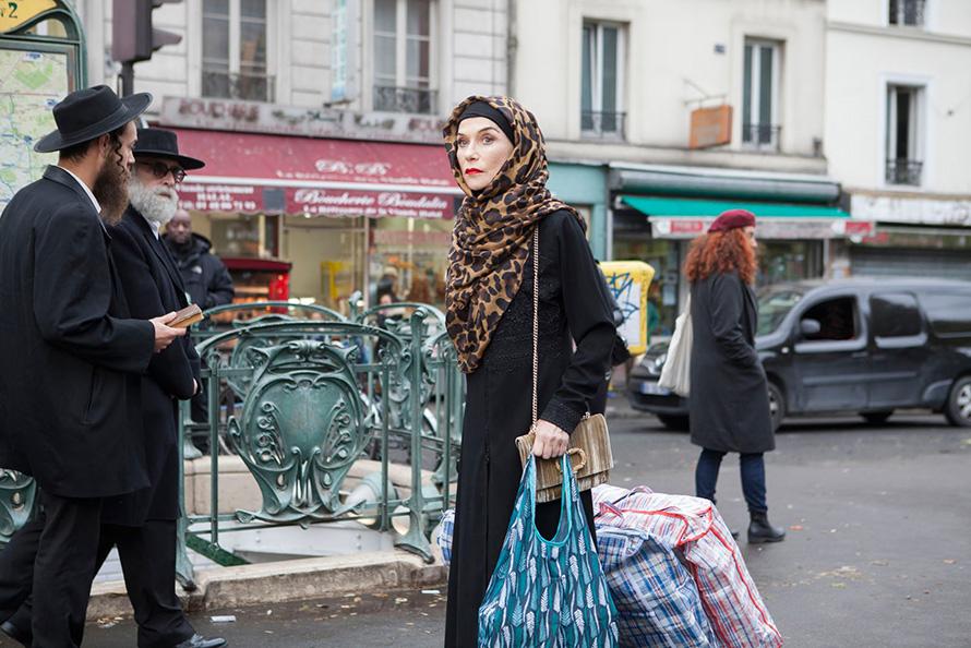 Aus der Büro-Verpuppung flattert ein knallig leuchtender Hijab-Schmetterling